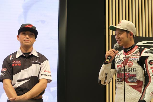 画像: イベント的な演出に少々照れ気味?で登場した高橋選手(右)。ちなみに、高橋選手は市販モデルの新型CBR1000RRに乗るのは、この日が初めてだったとか。