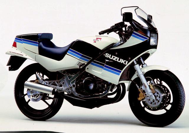 画像: SUZUKI RG250Γ 1983年3月発売 80年代のバイクブームを盛り上げたスズキの会心作。AL-BOXと呼ばれる市販車初のアルミフレームを採用。フロント16インチにANDF、リアのフルフローターサスの味付けもハードなもの。3000rpm以下が表示されていないタコメーターもこのマシンの性格を表していた。●水冷2スト・パワーリードバルブ並列2気筒●247cc●45PS/8500rpm●3.8kg-m/8000rpm●131kg●100/90-16・100/90-18●46万円