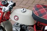 画像: 小さな燃料タンクは容量2.5L。車に搭載することを配慮、タンクキャップ上のつまみを90度回すことで、ブリーザー穴が閉じてキャブレターへ燃料が回らないようになっている。