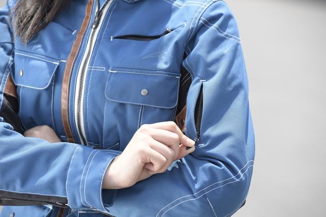 画像: 袖にインテークが設けられているので、走行風の取り込みで快適性もアップ!