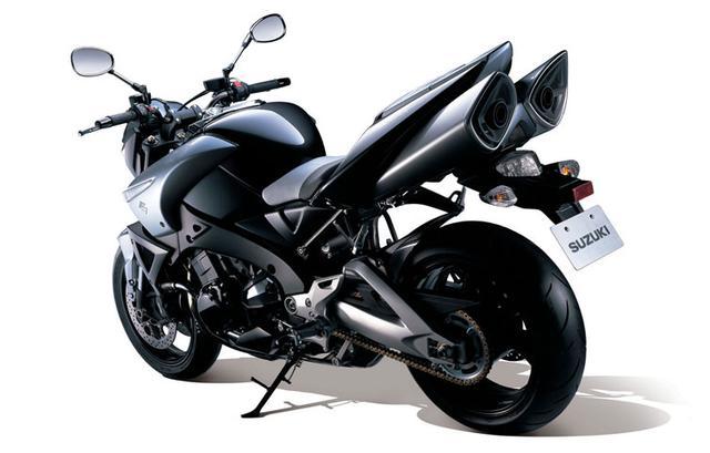 画像: ■SUZUKI B-KING 2008年 2001年の東京モーターショーに登場、注目を集めたコンセプトモデル・BKINGを具現化したモデル。当時、世界最速のメガスポーツ、ハヤブサをベースとしたエンジンにスーパーチャージャーを組み合せ、そのマッチョなスタイルとともに世界中で大反響となった。しかしそのデビューは遅く、2007年型ハヤブサの直4を搭載して2008年に登場。注目のスーパーチャージャーは採用されていなかったが、出力特性を2段階に切り替えられるS-DMSが採用されていた。 ●水冷4ストDOHC4バルブ並列4気筒●1340cc●183.5PS/9500rpm●14.8kg-m/7200rpm●235kg/239kg(ABS)●120/70ZR17・200/50ZR17●輸出車