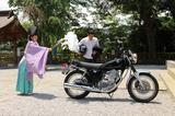 画像: お祓いは、師岡・熊野神社にて。お祓いの時は、特別にバイクを境内へ入れさせてもらいます。社殿のなかで祝詞(のりと)を読み上げてもらい、いざ外のSRのもとへ。車体だけではなく、ヘルメットやグローブにもしっかりと祈祷していただきました。