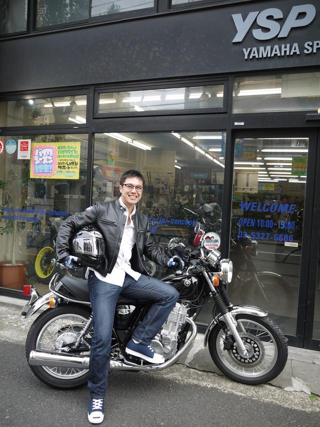 画像: 一度は所有してみたかったSRを、本誌連載を切っ掛けに新車で購入! 普段の下駄履きから、バイク用品店で 購入したライディングシューズに履き替え、エンジンの指導からレクチャーを受ける。きめ細やかなサービスに 優太感激!