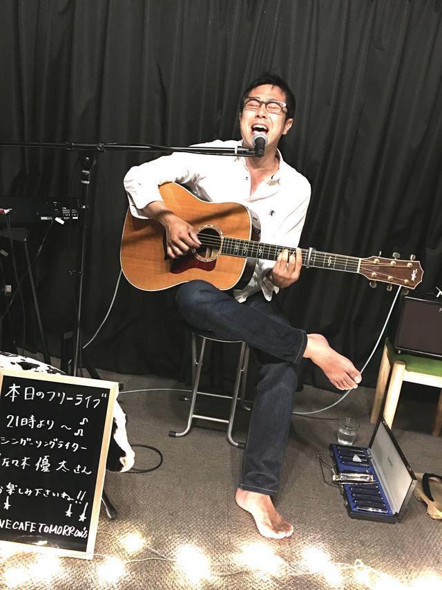 画像: 神社巡拝家/シンガーソングライター 佐々木優太 兵庫県加古川市出身の神社巡拝家/シンガーソングライター/ラジオパーソナリティー。音楽や神社についての知識はもちろん、柔道(初段)や居合道(三段)、はたまたミリタリーなど、博識な人である。現在、神社専門誌の連載を持ち、ラジオ番組ではレギュラー5本を担当する。全国47都道府県の神社を1万社以上巡り、収集した御朱印は3000を越える。普段は白いシャツに下駄を履くスタイルがトレードマークでもある。