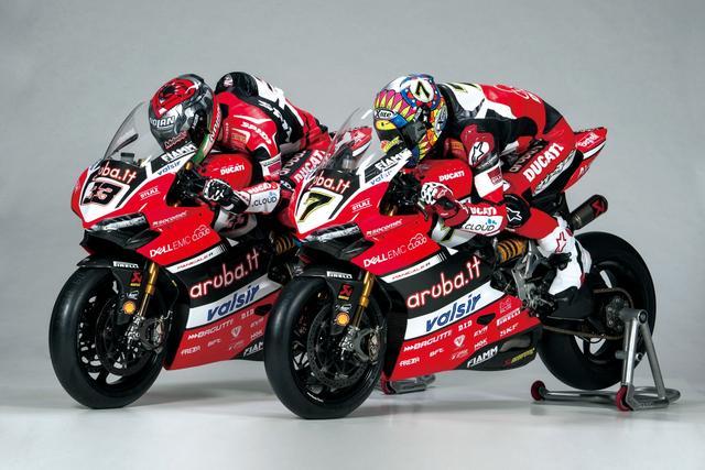 画像: スーパーバイク世界選手権のトップライダーであるC・デイビス選手(X-lite 着用)と、M・メランドリ選手(Nolan 着用)。ブランドは異なるヘルメットだが、2人が着用しているヘルメットは同じものなのだ。
