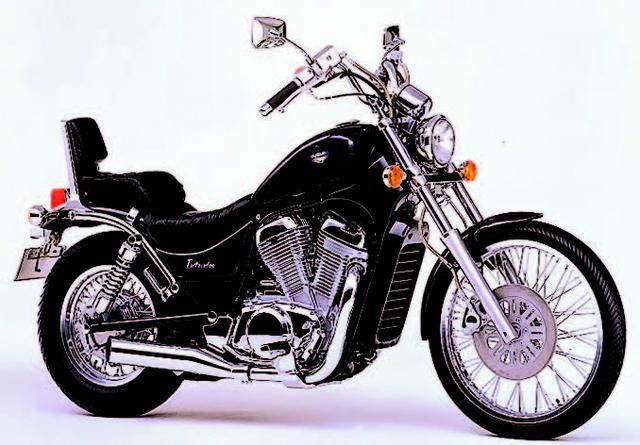 画像: ■SUZUKI VS400イントルーダー1994年6月 1993年に発売された同シリーズの800ccモデルの車体に、400cc水冷Vツインエンジンを搭載した本格ミドルアメリカン。デザインはシリーズ共通で、パーツ類もクオリティの高いものを流用。ハンドルはフラットとアップが用意された。シリーズには750ccもラインナップされていた。 ●水冷4ストOHC4バルブV型2気筒●399cc●33PS/7500rpm●3.3kg-m/6000rpm●200kg●80/90-21・140/90-15●59万9000円