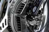 画像: CBX のフロントブレーキはユニークなインボードディスクブレーキ。制動性能に優れるが錆びやすい鋳鉄製ベンチレーテッドローターを使用するため、ローターをカバーしている。