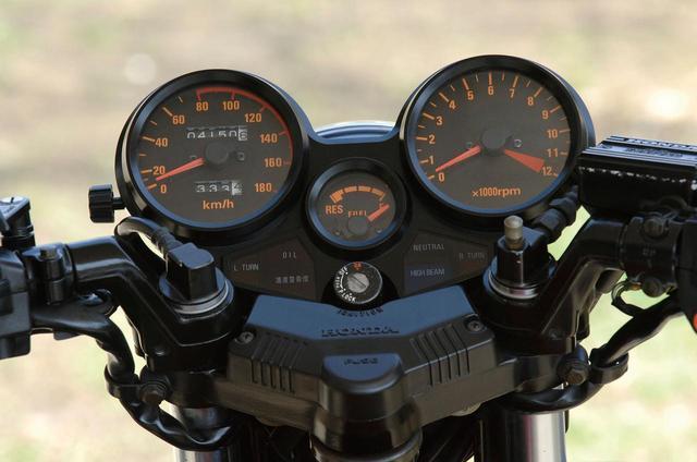 画像: スピードメーターを左に、タコメーターを右に配置したオーソドックスなアナログメーター。中央には小型の燃料残量計が独立してマウント。