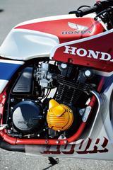 画像: バンク角を確保するために、エンジン右側のジェネレーターカバーがCB-F 系とは異なるCB1100R 専用パーツとされている。
