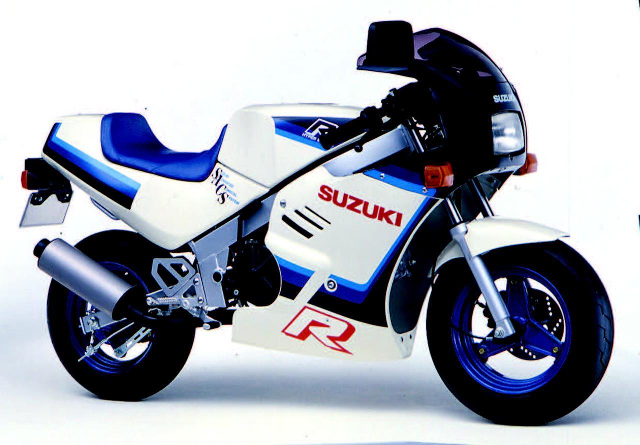 画像: ■SUZUKI GAG 1986年2月 レプリカブーム全盛の中、ビジネスバイク、バーディー用の空冷4ストOHCエンジンをレプリカ風フルカウルボディに搭載した、まさに冗談のようなミニレプリカモデル。そのスタイルと扱いやすさからミニバイクレースブームのきっかけを生み出したエポックメイキングモデル。 ●空冷4ストOHC2バルブ単気筒●49cc●5.2PS/7000rpm●0.57kg-m/6000rpm●64kg●3.50-10・3.50-10●18万3000円