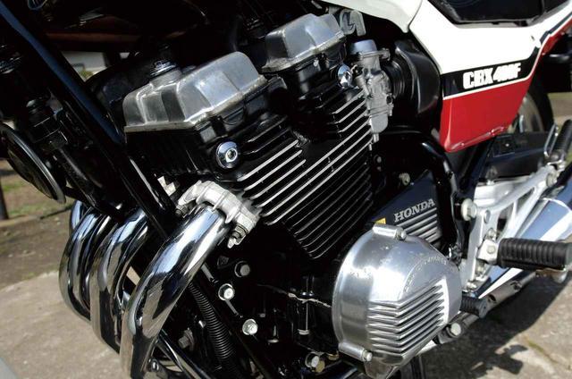画像: DOHC4 バルブヘッドを採用、ボア×ストロークは55×42mmというショートストローク設計。48PS という最高出力は、最大のライバルだったZ400FX の43PS を大きく上回っていた。