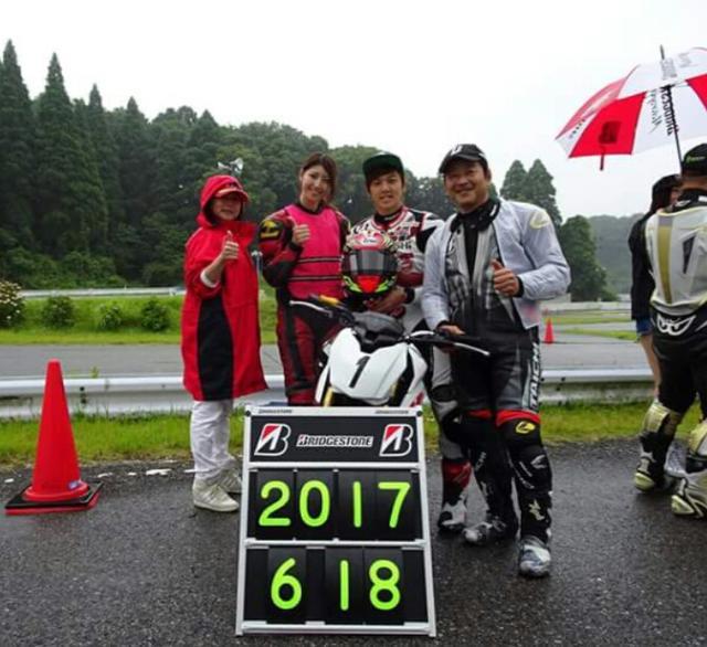 画像: チームブリヂストンのライダーは ブリヂストンの山田さんと全日本J-GP2にMuSASHi RT HARC-PROから参戦中の水野涼選手と……わたし。