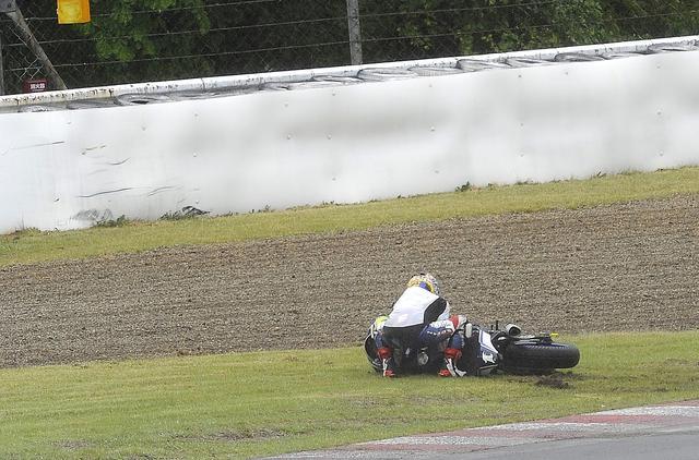 画像: 雨の菅生、予選の4コーナーで転倒する中須賀。中須賀には珍しいスリップダウンでした