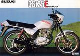 画像: GS125E KATANA 1982年8月 GSX1100Sカタナのデビューにより人気となったカタナデザインを採用した空冷GSシリーズ最少モデル。当時解禁となったばかりのスタイリッシュなビキニカウルを装備。2球形燃焼室を持つスズキS.T.D.C.C.方式の経済性に優れる4ストシングルを搭載。また星形スポークキャストホイールとアンチノーズダイブシステムを採用したスポーツ性もアピールポイントだった。 ●空冷4ストOHC2バルブ単気筒●124cc●14PS/10000rpm●1.0kg-m/8500rpm●101kg●2.75-18・3.00-18●24万3000円
