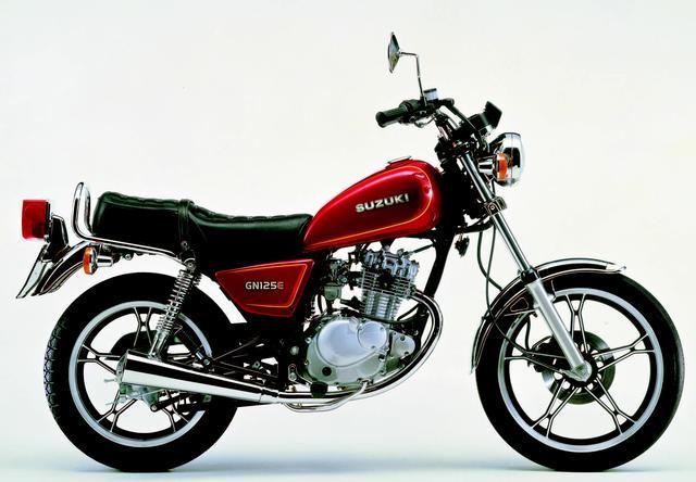 画像: ■SUZUKI GN125E  1982年8月 シングルエンジンの軽快な乗り味と経済性を活かした4ストGNシリーズ最小モデル。4ストGNシリーズには400ccと250ccモデルも存在する。この125は250と同じく新デザインのキャストホイールを採用し、その大柄な車格とアメリカンスタイルでロングセラーモデルとなった。同じGNシリーズには2スト80ccと50ccも存在していた。●空冷4ストOHC2バルブ単気筒●124cc●14PS/10000rpm●1.0kg-m/8500rpm●101kg●2.75-18・3.50-16●24万3000円