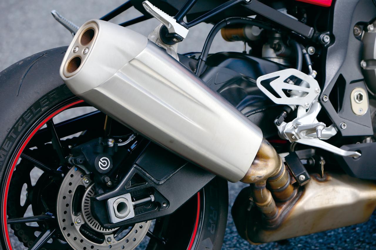 画像: サイレンサー形状は2015年モデルからそのままだが、チャンバーからサイレンサーへ繋がるパイプの径とレイアウトは変更されている。