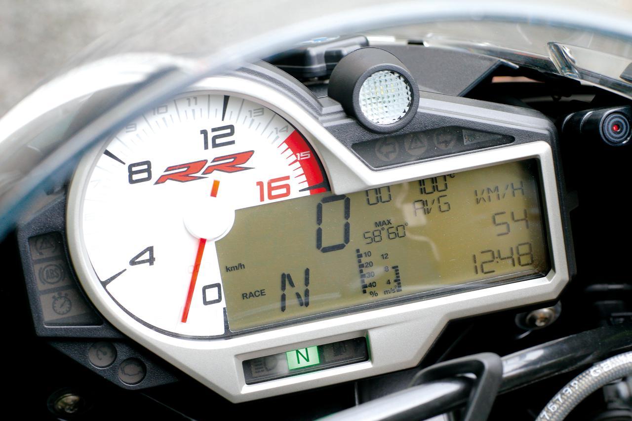画像: アナログ回転計と多機能液晶パネルの複合メーターを搭載。液晶パネルでは速度や距離計のほか、最大バンク角まで表示可能。
