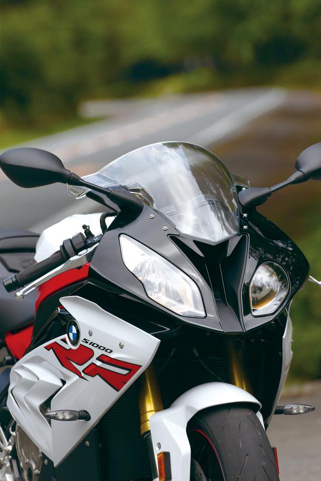画像: 左右のヘッドライト形状が異なるレーシーで個性的なフロントマスク。ライトの間にはラムエアシステムの吸気ダクトが開口している。