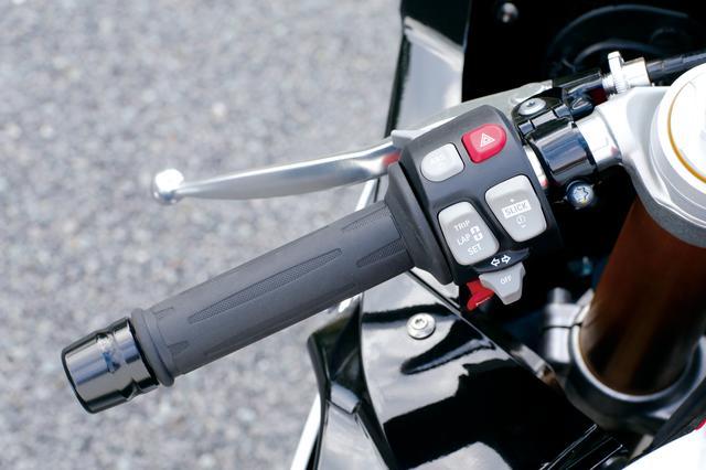 画像: 5つのモードが選択できるライディングモードをはじめ、セミアクティブサス・DDC、トラクションコントロール・DTCなど、ボタンを押すだけでさまざまな機能の操作が可能。