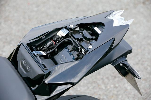 画像: コンパクトなタンデムシートを外すと、その下からは小さな収納スペースが。車載工具、ETCなどの搭載に活用できる。