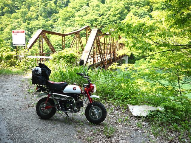 画像: ひたすら駆け上がるラストチャンスの国道306号脇の廃鉄橋、渡れません。