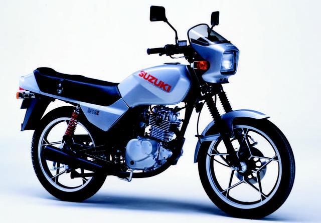 画像: SUZUKI GS125E カタナ 1982年8月 カタナデザインを採用したGSシリーズ最少モデル。スタイリッシュなビキニカウルと経済性に優れる4ストシングルがアピールポイントだ。 ●空冷4ストOHC2バルブ単気筒●124cc●14PS/10000rpm●1.0kg-m/8500rpm●101kg●2.75-18・3.00-18●24万3000円