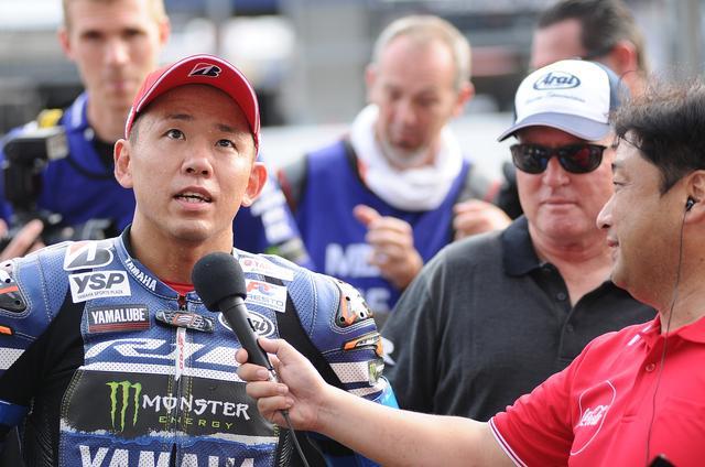 画像: レースアナウンサー辻野さんにインタビューされる中須賀を頼もしげに見つめるキング!