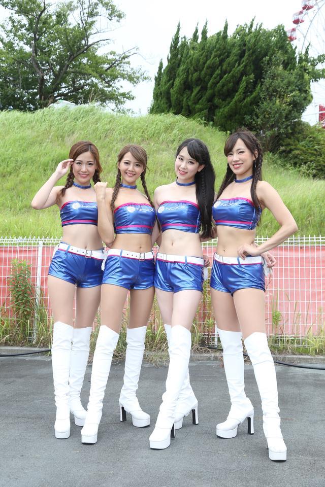 画像1: 目を引く衣装の4人がチームを応援!