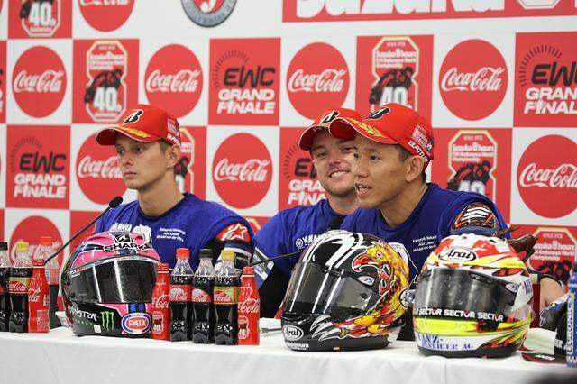 画像: 中須賀を頼もしげに見つめるロウズ。3人は兄弟のように仲よく、最高のムードでした