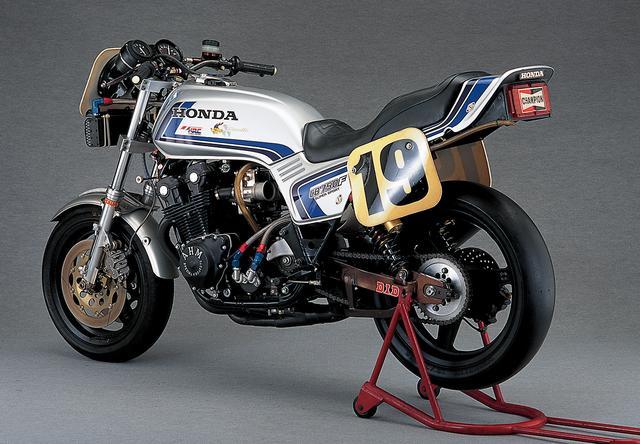 画像: エンジンや足周りがフルチューンなのに外観がノーマル風のネイキッドスタイルなのは、AMAスーパーバイクのレギュレーションのため。何と78年まではマフラーも外見上はノーマルでなければならなかった。