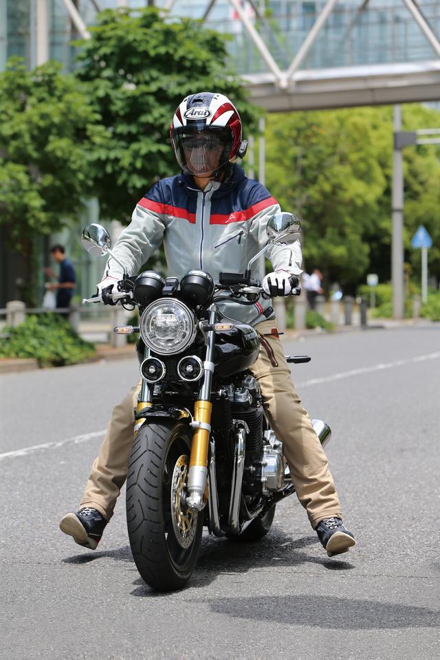 画像: どんな路面でもどんなバイクでも、信号待ちや信号停止する時速10㎞/h以下でも車体垂直&脱力を意識。この補正能力はフルバンク走行時のバランス補正要素と本質は変わらない。