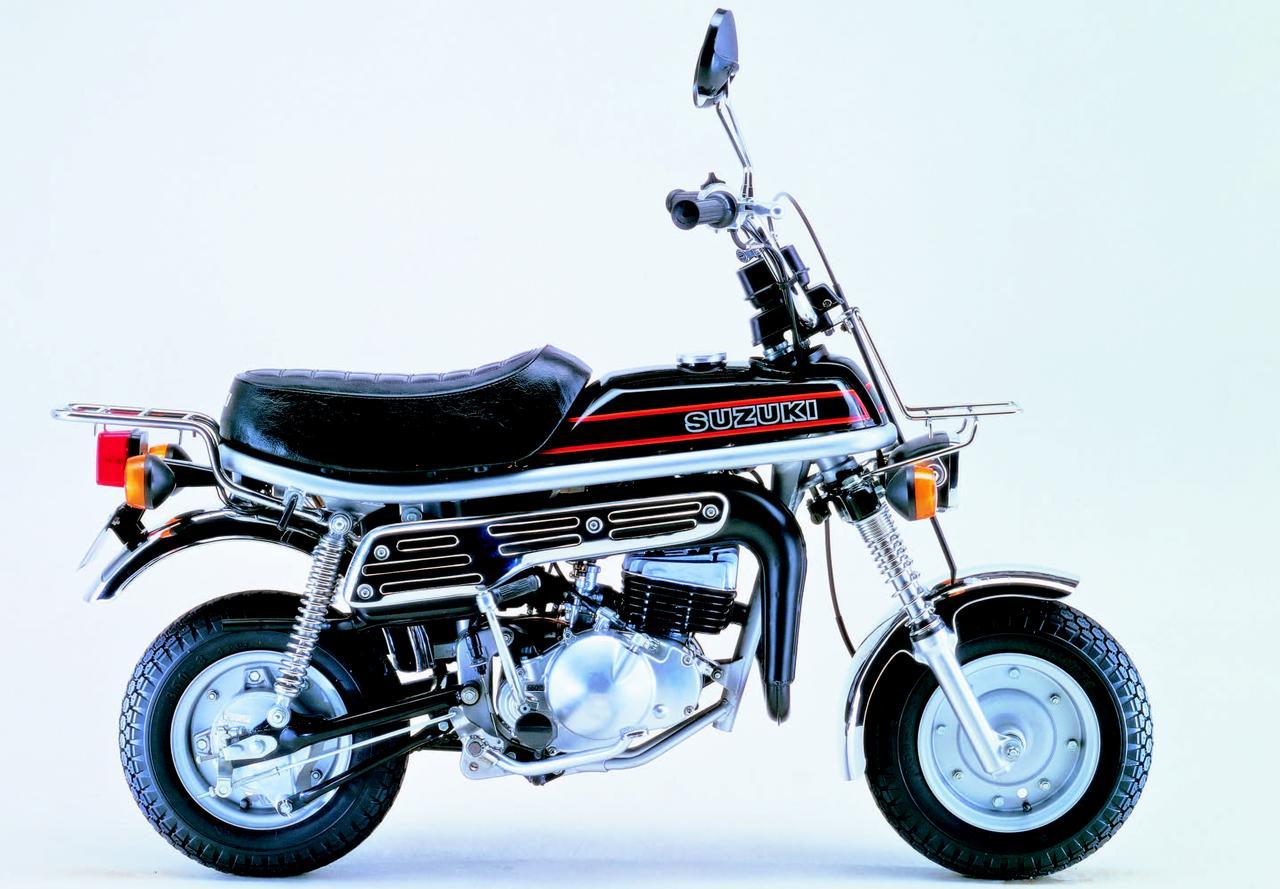 画像: SUZUKI エポ 1979年4月 HONDA モンキーの対抗馬として、スズキが開発したミニレジャーバイク。前後8インチホイール、空冷2ストエンジンに、5速ミッションの本格的な装備で軽快な走りをみせた。1981年7月には全身をブラック&ゴールドでまとめたLTDが、1993年にはカラー変更して再販されている。 ●空冷2スト・パワーリードバルブ単気筒●49cc●3.8PS/6000rpm●0.45kg-m/5500rpm●64kg●3.50-8・3.50-8●10万5000円
