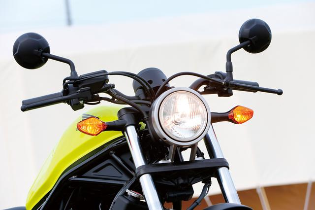 画像: φ135㎜丸型ヘッドライトは、ヘッドライトリムと一体となるデザインのアルミダイキャストブラケットなど、質感とシンプルさにこだわった造り。