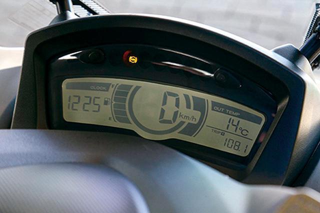 画像: 液晶メーターは基本的に125cc版と共通。距離計や燃料計、外気温などを表示できるほか、燃費の目安となるエコランプも備える。