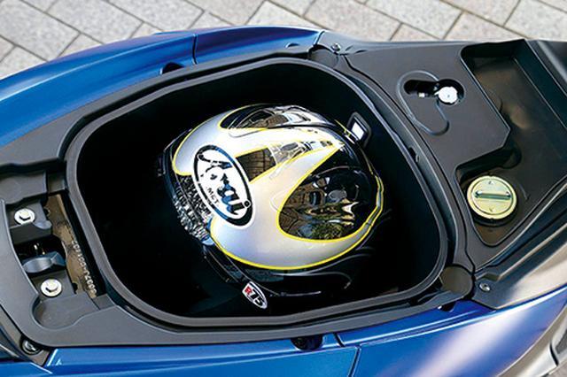 画像: シート下の収納スペースが125cc版の20Lに対し23Lにまで拡大、LED照明も装備。XLサイズのフルフェイスヘルメットも収まる。