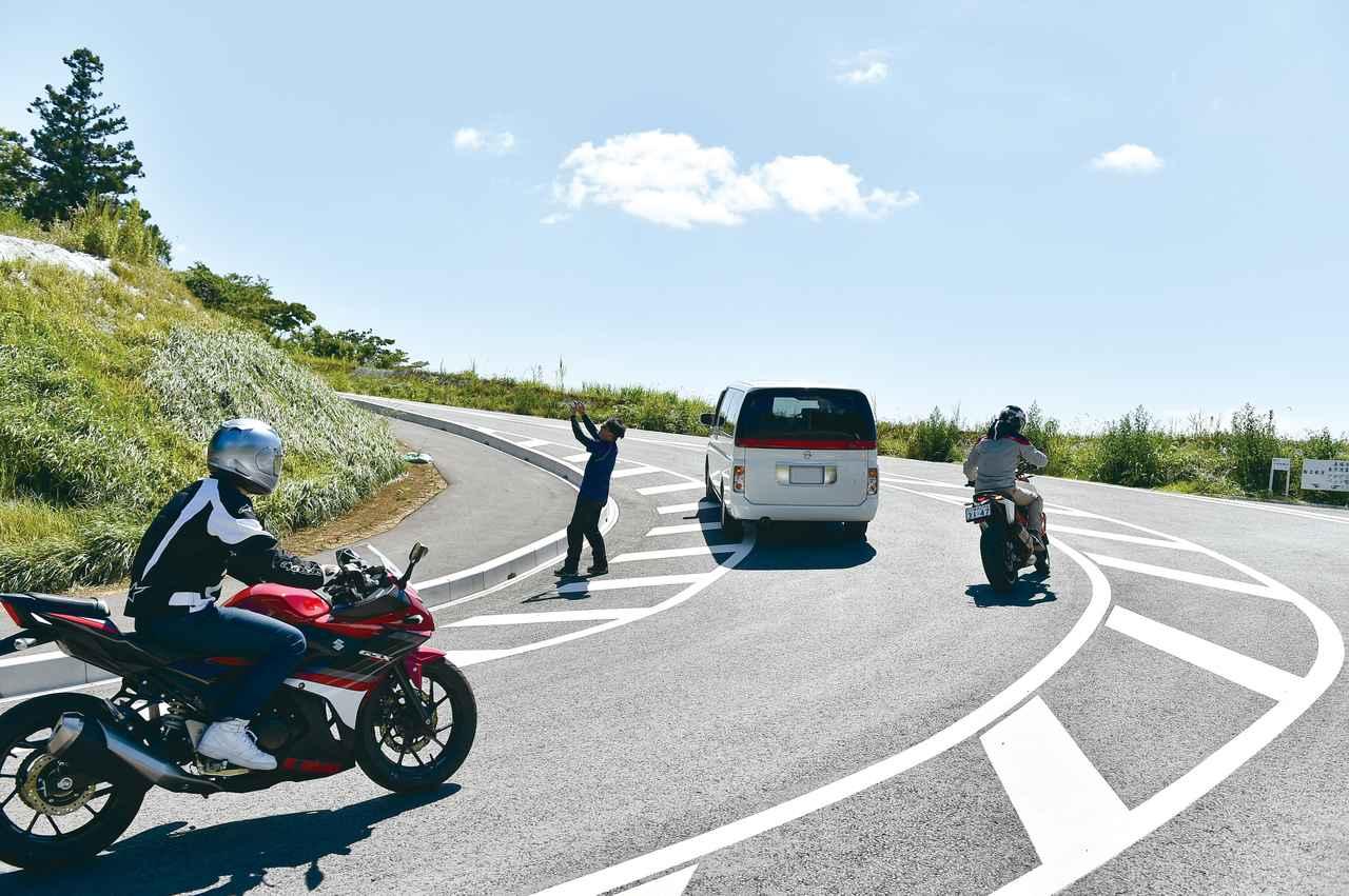 画像: 一般公道では、予期できない事態が起きることもしばしば。