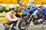 画像: 住友ゴムの橋口部長も自らタイヤを点検。