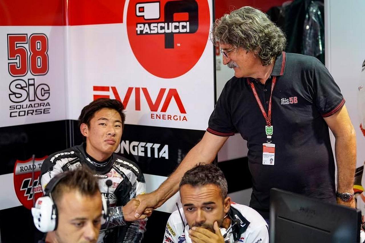 画像: 「ちきしょー、8位かぁ」という表情のタツキと「よくやったぞ」って表情のパオロさん。パオロさん、チームオーナー、つまり故マルコ・シモンチェリのお父さんです