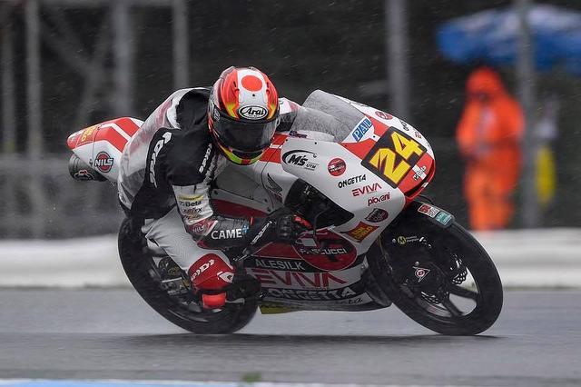 画像: 写真は金曜の雨 雨を苦手としないタツキは、戦前にイタリア国内選手権にも出場し、いつもと違うマシンで3位に入っています