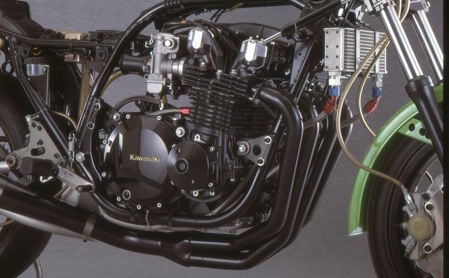 画像: エンジンもワークス仕様に近いもので、ツインプラグヘッドやクランク、クロスミッションなどもレース用パーツを装着。キャブはCR33で、最高出力は138PSを記録したという。