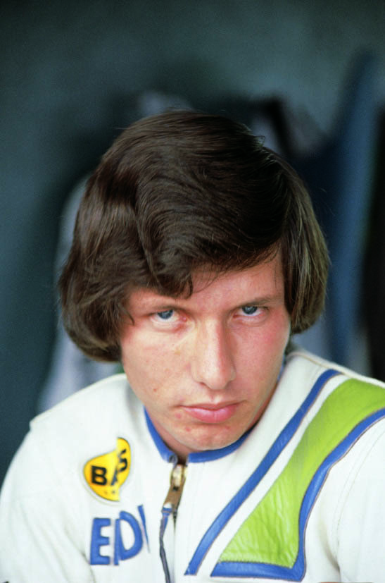 画像: 【エディ・ローソン】 1958年アメリカ・カリフォルニア州生まれ メジャーレースデビューは1979年AMAのGP250クラスで、ランキング2位となったが、その年のチャンピオンこそが、後のライバル、フレディ・スペンサー。AMAでは、80、81年にGP250を、81、82年にスーパーバイクタイトルを獲得。83年には、ケニー・ロバーツのチームメイトとして世界GPへ転出し、84/86/88/89年にGP500クラスのチャンピオンを獲得。しかも、88年にヤマハでチャンピオンを獲得すると、89年にはホンダに移籍して2連覇するという離れ技を演じている。レーシングライダーとしての闘志を前面に押し出さずにクールに振る舞い、決勝レース中の転倒の少なさと、手堅くポイントを獲得する戦術で「ステディ・エディ」と呼ばれた。