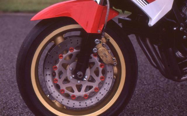 画像: ローソンのFZレーサーは、正立フロントフォークなどのフロント周りのパーツが、そっくりWGP500ccクラスを走るYZR500用ベースのものに換装されている。
