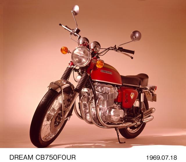 画像: CB750Four (K0) 世界の二輪車史上、最もエポックメイキングな存在の一台として認知されているのが、1969年デビューのCB 750 Fourだ。故本田宗一郎氏の至上命令として開発されたこのモデルだったが、CB 450の上位機種として開発されていたのは、650の排気量を持つ4気筒モデル。しかし、世界戦略モデルとしての性能に加え、カワサキが同コンセプトで750モデルを開発中との情報があったことから、急遽750モデルとして誕生させた。初期型のK 0のみエンジンが砂型鋳造。当時新車価格38万5000円。