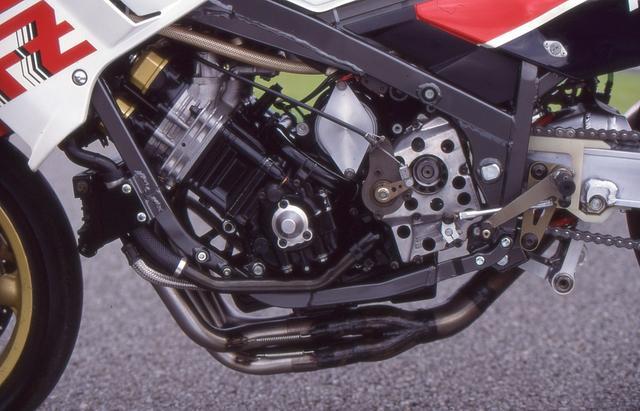 画像: 1986年のFZ750スーパーバイクのエンジンは、市販車よりもシリンダーを1mmmボアアップするのが許されていたため排気量は771cc、キャブはマグネシム製のTDM36。1986年のデイトナ仕様では最高出力は135PS。