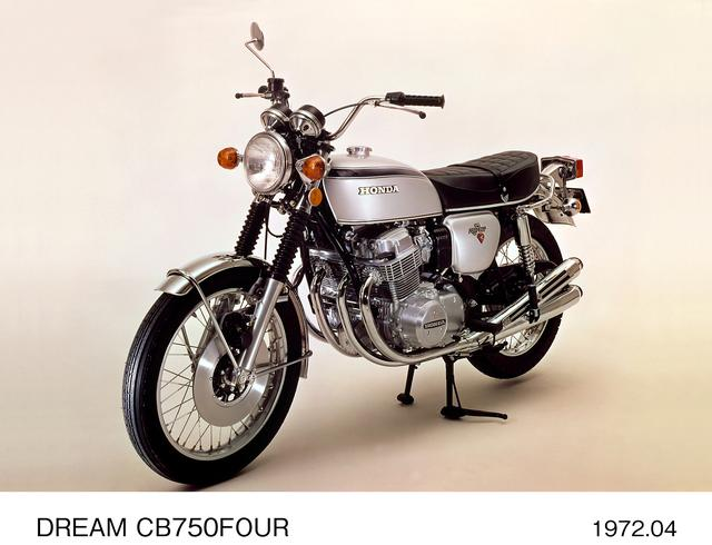 画像: CB750Four (K2) 1972年にK 2へとマイナーチェンジ。ヘッドライトステーがメッキタイプになった他、テールランプは大型化。ハンドルクランプ上にインジケーターパネルを装備。ヘルメットホルダーも追加された。