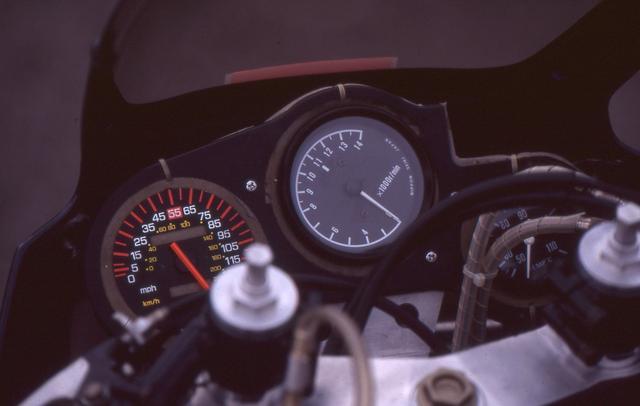 画像: タコメーターとその右側の水温計は2スト市販レーサーのTZ500用を使っている。スピードメーターはダミー。クラッチは本来の油圧式ではなく、ワイヤー式に変更されている。