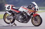 画像: 1986年のデイトナで勝利を飾ったE・ローソンのFZ750スーパーバイク仕様。特徴的なカウルをはじめ、カラーリングまで基本的にはスタンダードモデル風なのがAMAらしい。写真の車両のエンジンには乾式クラッチが装着されているが、ローソンがデイトナを走らせた当時は湿式クラッチだった。(写真:山口真利)