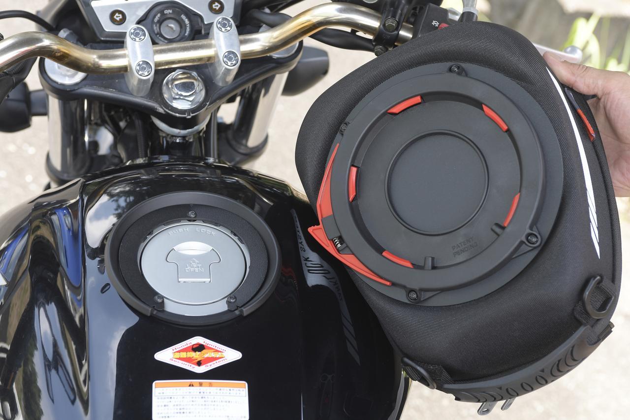 画像: タンク側に別売りのイージーロック(車種ごとに設定あり)を装着しておけば、ワンタッチでバッグの取付が可能。印象としては、本当にタンクの上にバッグを置くだけでガッチリ固定されます。