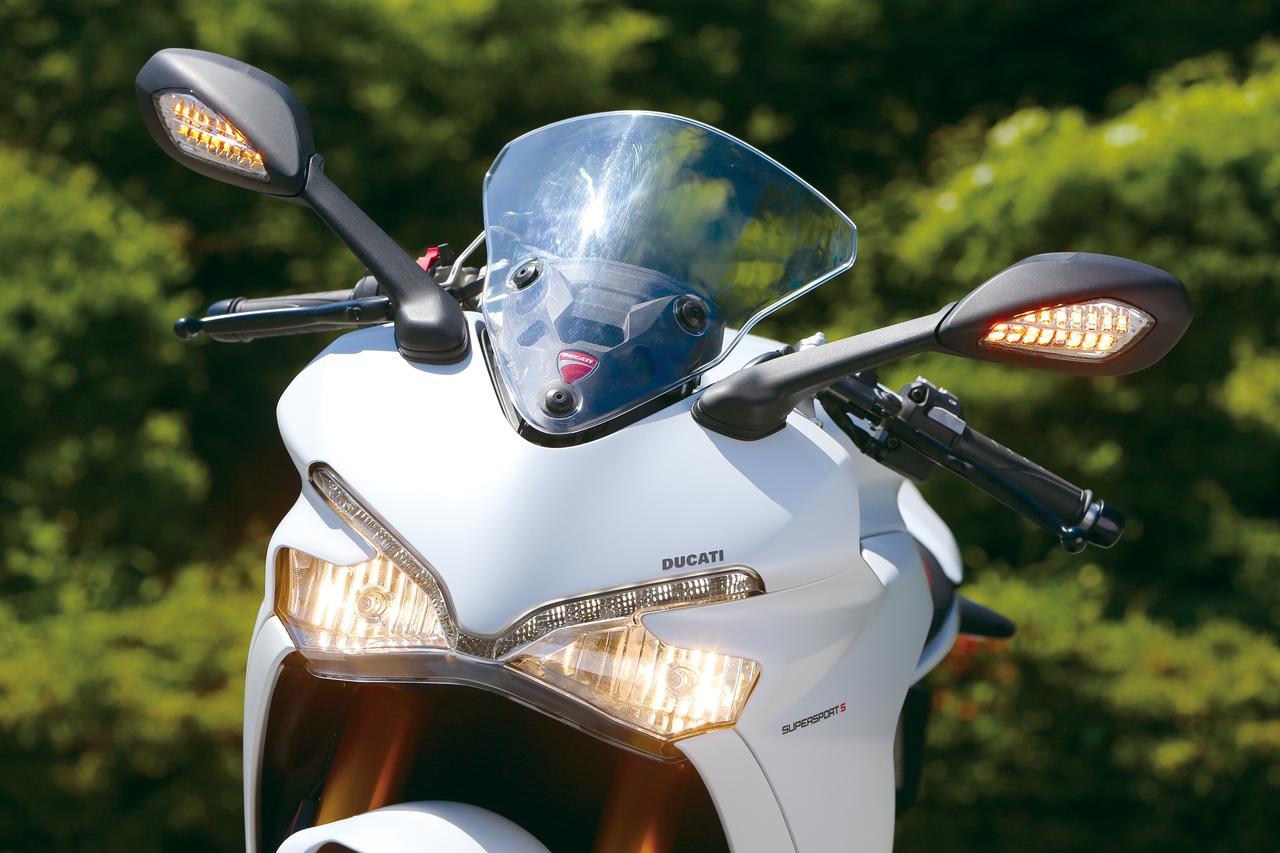画像: ヘッドライト上のLEDデイタイムランニングライトが印象的な、シャープなイメージのフロントマスク。ヘッドライトは右がロー、左がハイビームで、スクリーンは手動で上下に調整可能。