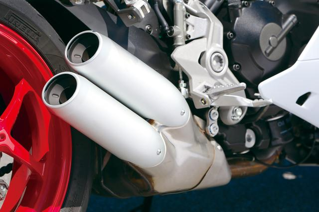 画像: 排気系は右2本出しサイレンサーが特徴的な2-1-2レイアウト。マスの集中化のため、エンジン下のプレ・サイレンサーから、短くコンパクトなサイレンサーへと繋げられている。